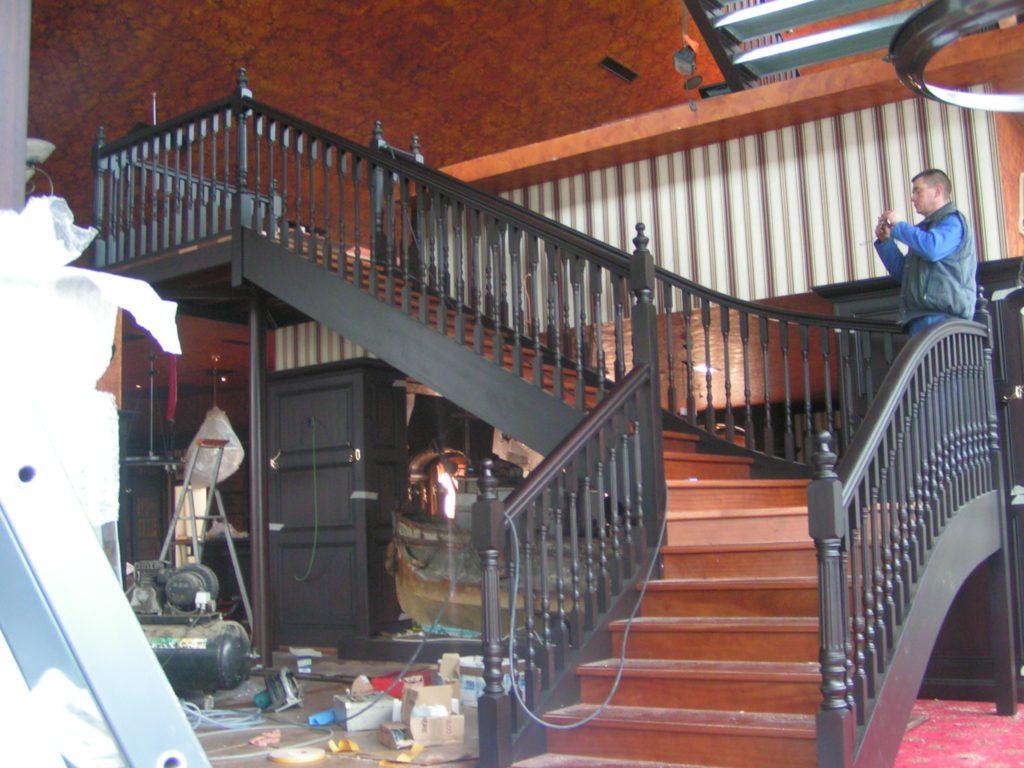 Pose d'un escalier en bois noir